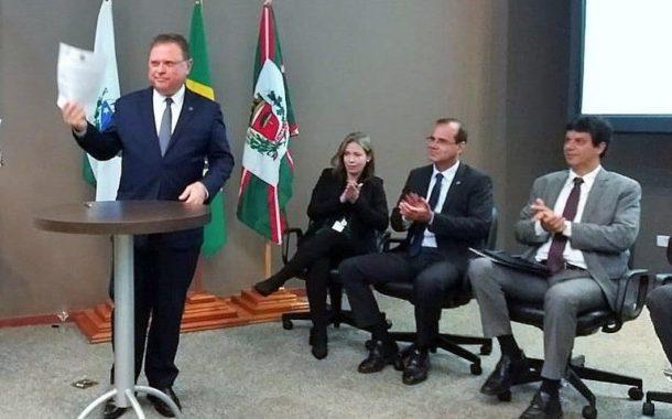 Ministro assina normativos para facilitar o comércio internacional